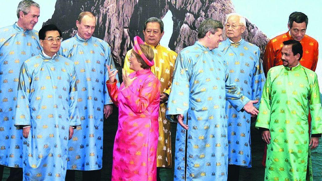 2006年,台灣派張忠謀(右三)出席APEC峰會,他和當時的中共國家主席胡錦濤(...