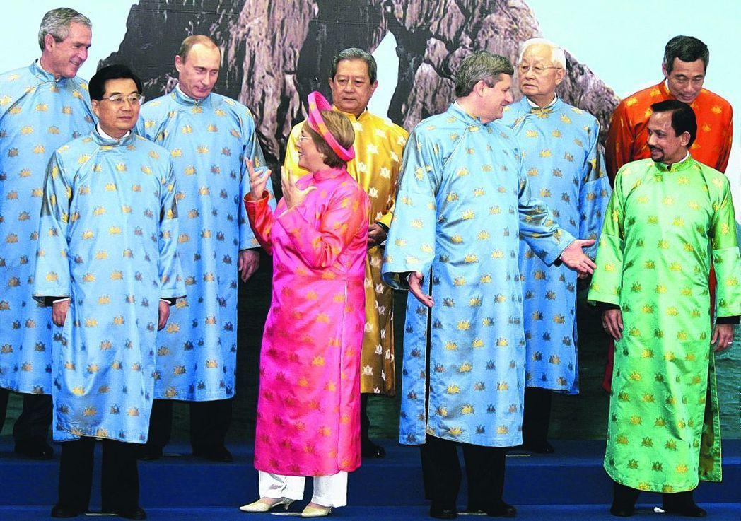 2006年,我方派張忠謀(右三)出席APEC峰會,他和當時的中共國家主席胡錦濤(...