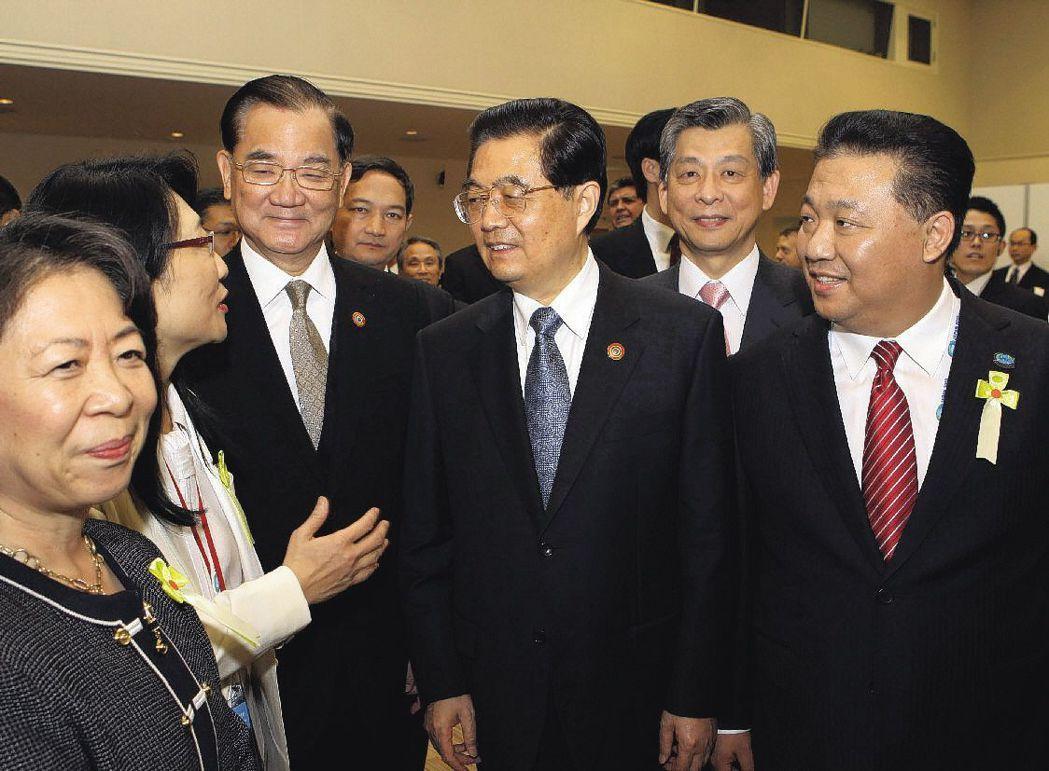 2010年,連戰(左三)、王雪紅(左二)、蔡宏圖(右二)與胡錦濤(中)交談。 (...