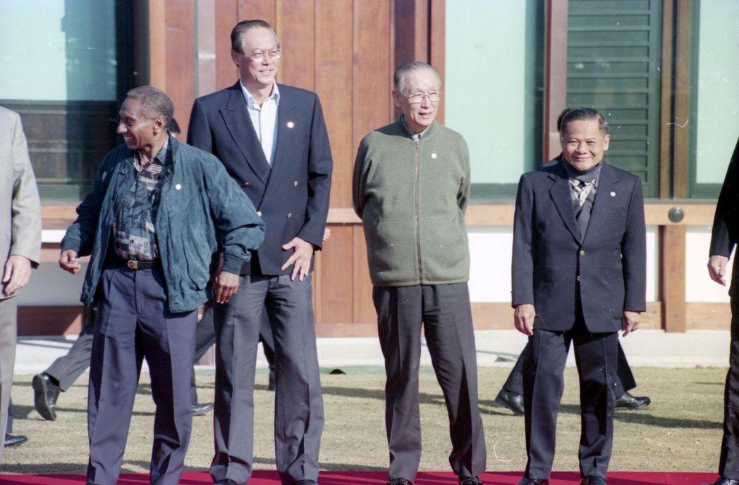 1995年,參加大阪APEC高峰會的領袖在迎賓館前合影。右二為我方代表辜振甫。 ...