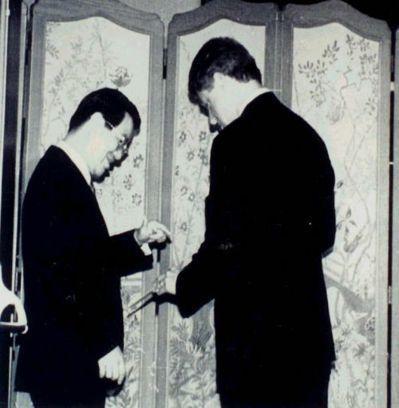 1993年,當時的經建會主委蕭萬長(左)將李總統的親筆信函交給美國總統柯林頓。 ...