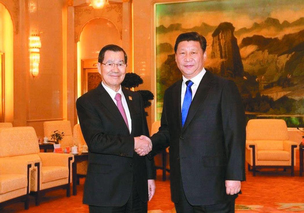 2015年,蕭萬長(左)與習近平(右)在APEC峰會握手。 中央社資料照片