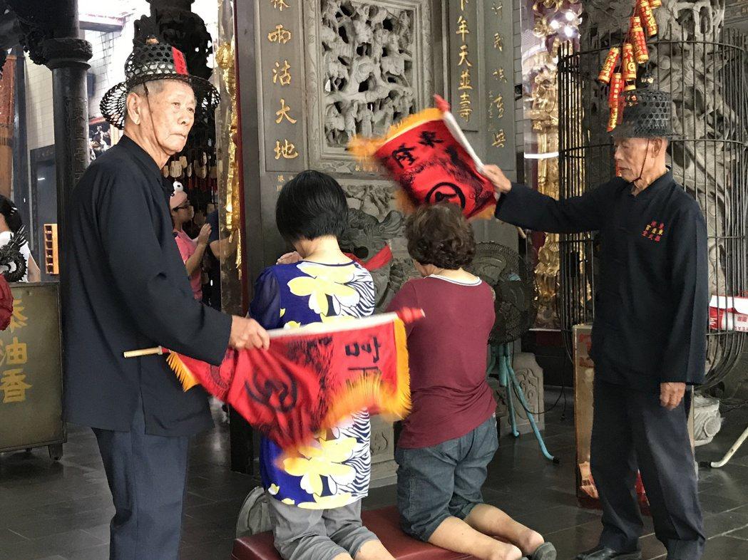 屏東東隆宮的班頭,為民眾進行改運儀式。 本報資料照