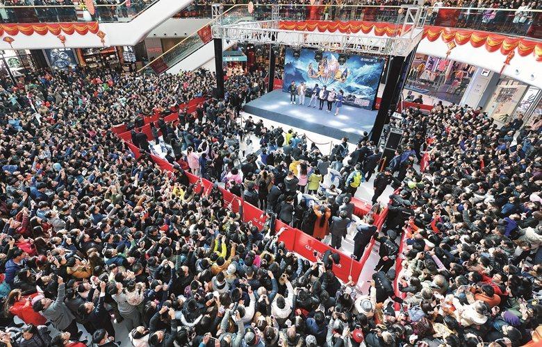 如今好萊塢電影的全球票房近四成倚靠中國觀眾支撐的現象,是否意味著在未來將影響電影...