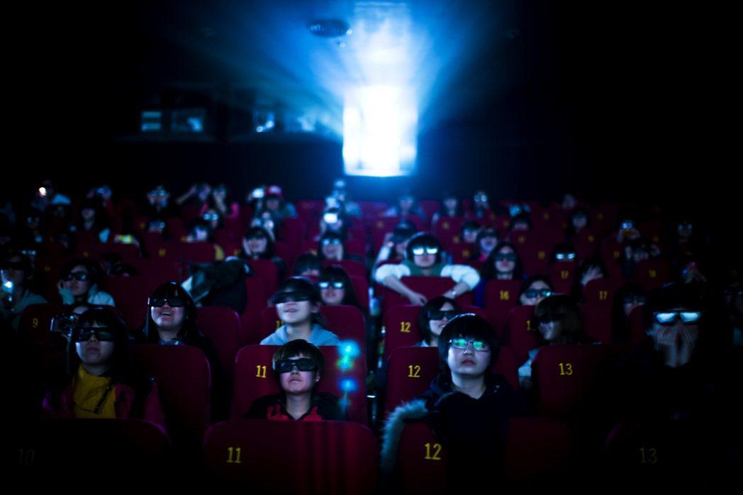 中國大部分的電影放映,都以戴著眼鏡觀看的3D為主流。 圖/新華社
