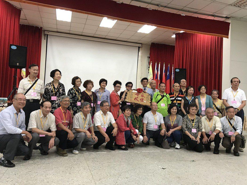 九份國小畢業將近60年的第十四屆校友回到母校開同學會,贈送書籍、匾額等,報答學校...
