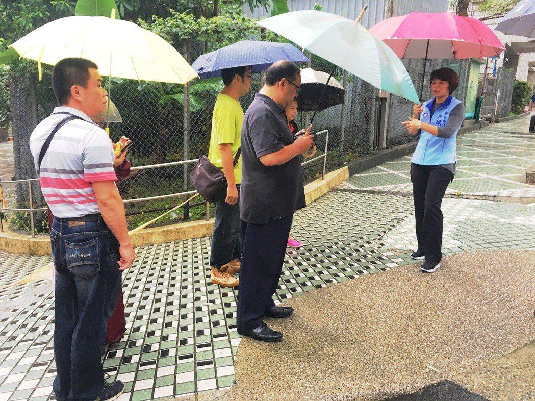 汐止區茄苳路與中華街人行道貼磁磚,下雨就會濕滑,常讓行人滑倒受傷,市議員白珮茹(...