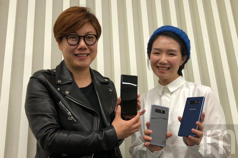 三星電子行動通訊事業部產品設計師李知瑛 (左)、色彩元素工藝設計師李世希 (右)...