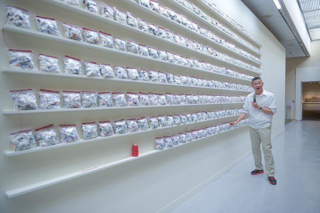 石晉華將23年來檢驗血糖、注射胰島素所產生的醫療廢棄物,將它們放入大小統一的夾鏈...