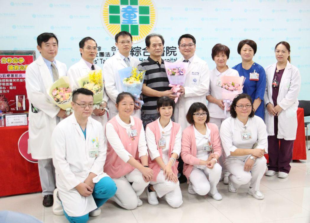 空勤教官吳棋祥(左後4)今日康復出院,成功將他救回的童綜合醫院團隊與他一起合照留...