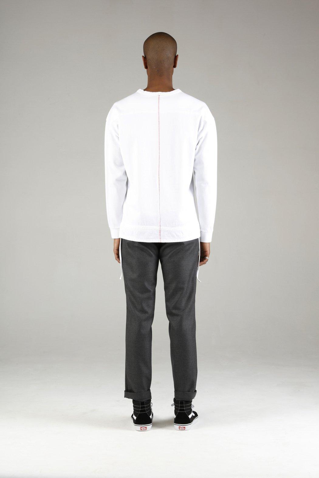 在Homecore的秋冬系列服飾中能夠背後縫製上一條垂直的紅色繡縫線條,對設計師...