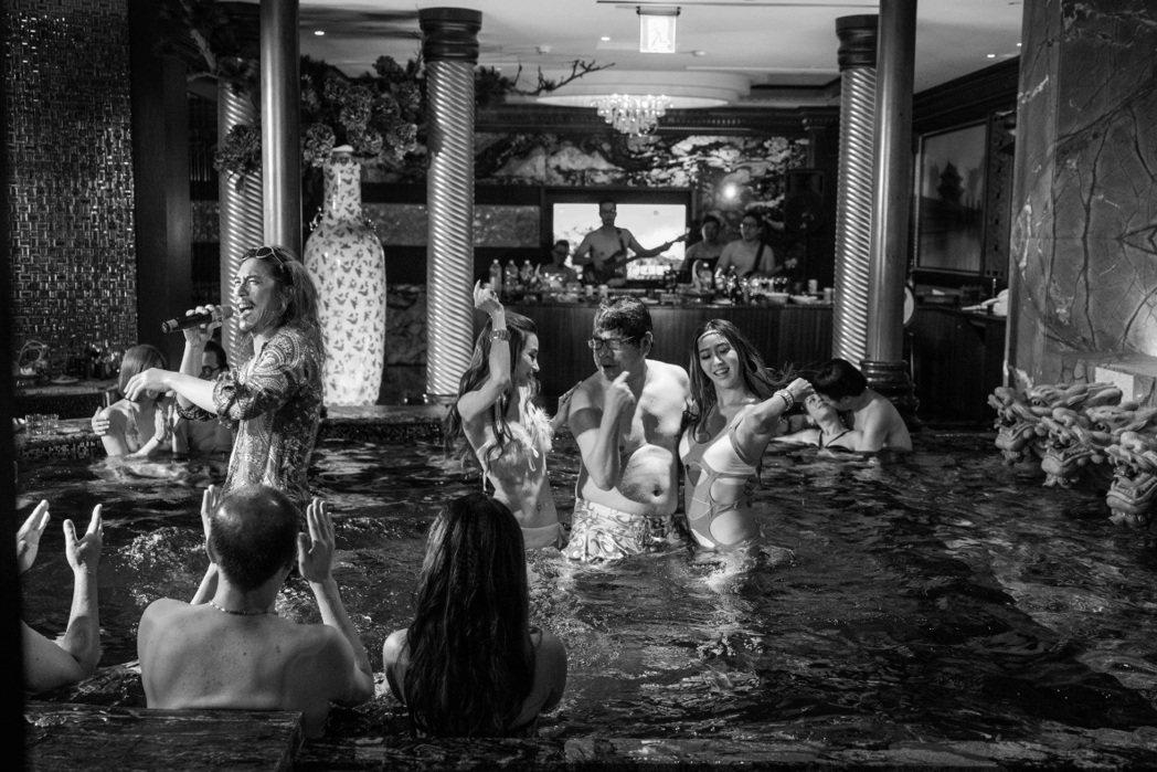 「大佛普拉斯」中官員與啟文董仔狂歡的上百坪水池KTV,不是劇組搭造的場景,而是位