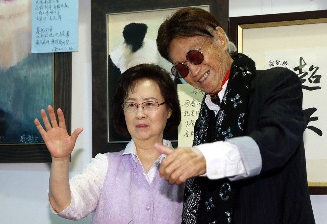 資深媒體人傅達仁與作家瓊瑤,兩人共同宣布成立尊嚴安樂善終協會為台灣安樂死。記者林...