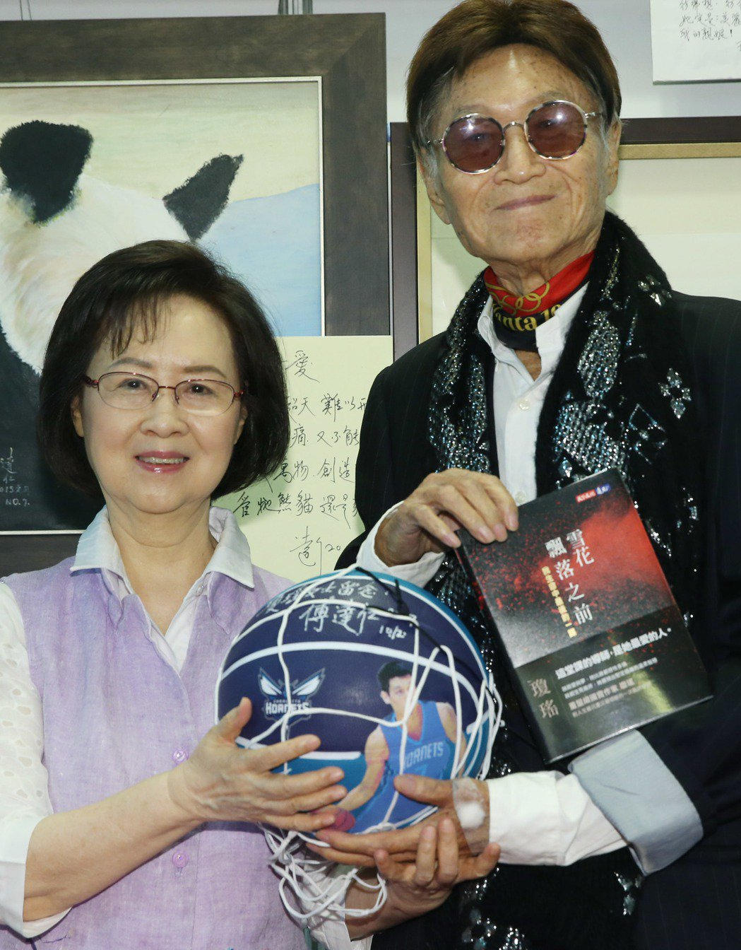 資深媒體人傅達仁與作家瓊瑤,兩人共同宣布成立尊嚴安樂善終協會為台灣安樂死,傅達仁...