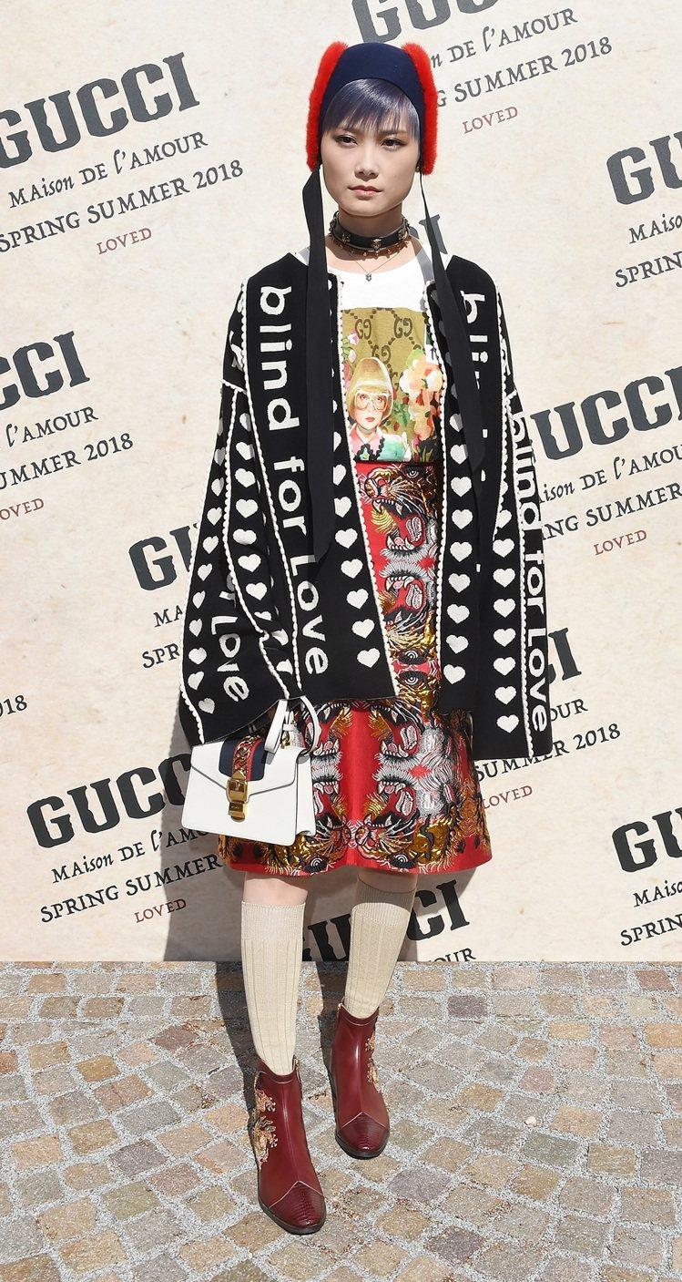 李宇春穿著Gucci 2018早春服裝搭配Sylvie包款。圖/Gucci提供