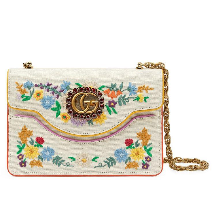花卉刺繡鍊帶包,66,800元。圖/Gucci提供