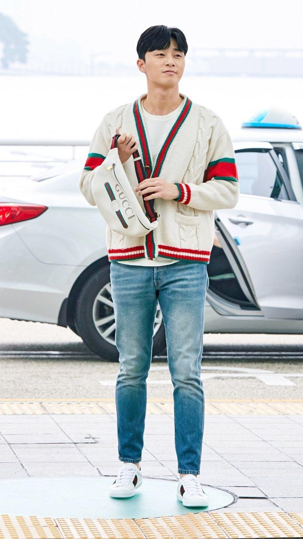 朴旭俊配戴Gucci 2018早春Logo腰包。圖/Gucci提供