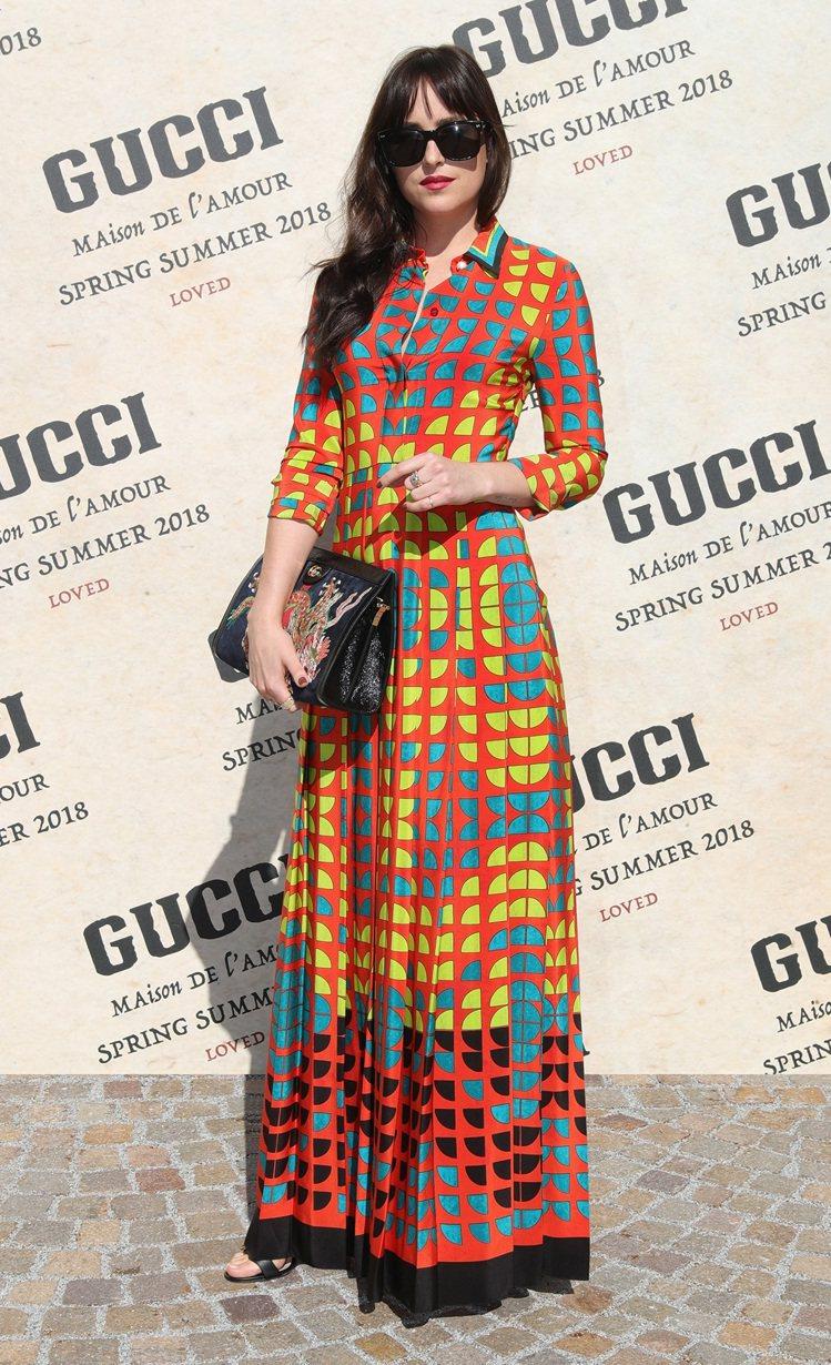 達珂塔強森穿Gucci 2018早春洋裝搭配龍刺繡鍊帶包。圖/Gucci提供