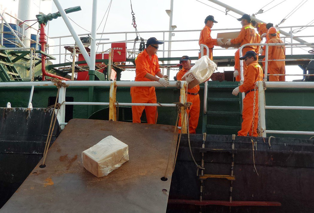 海巡人員正由日安升油輪搬下私菸。記者林保光/攝影