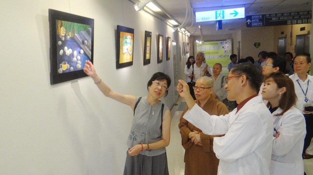 曾媽媽(左1)說明兒子作品與創作歷程,讓醫護人員十分感動。記者蔡維斌/攝影