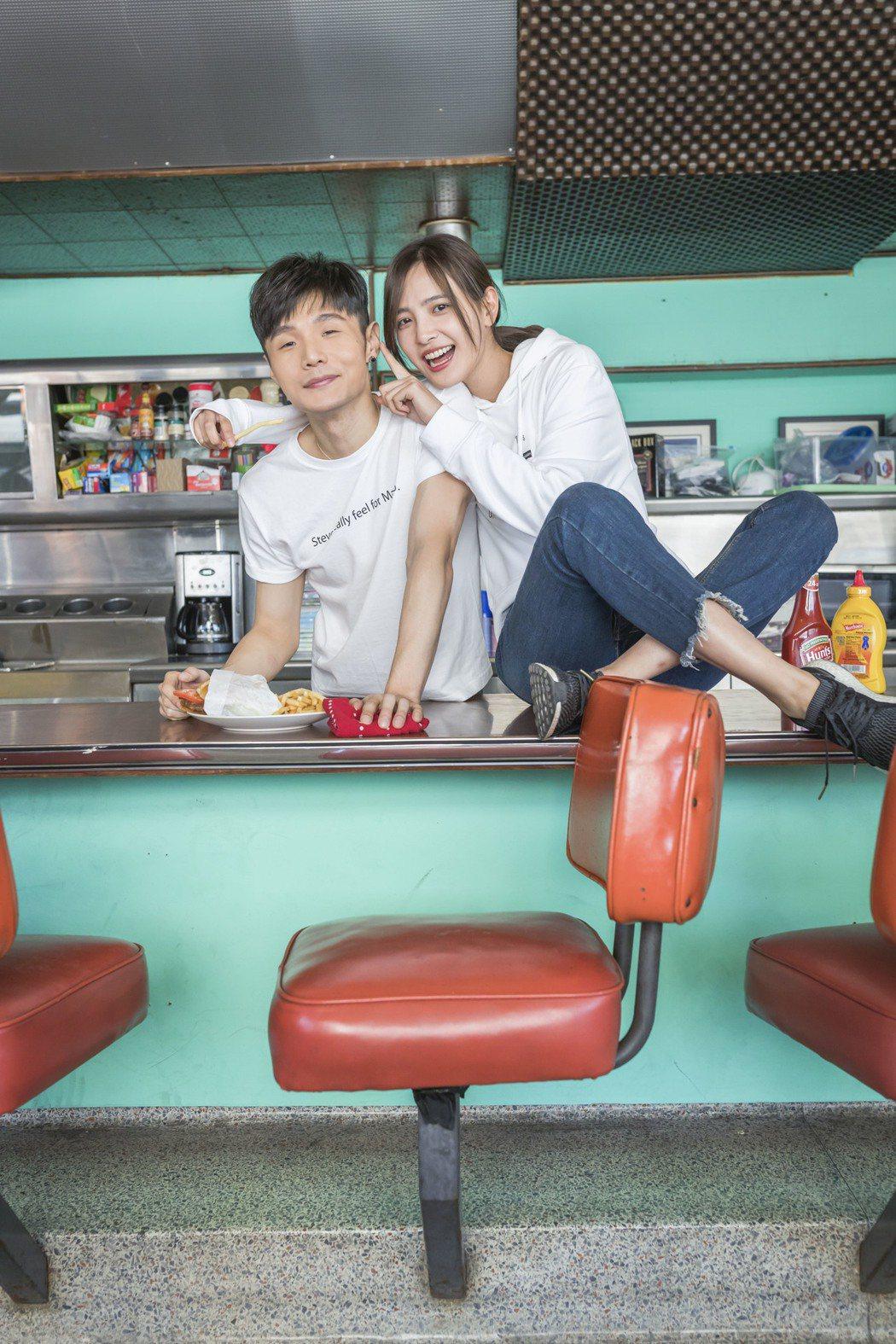 李榮浩(左)新歌「祝你幸福」MV特別赴美拍攝。圖/華納音樂提供
