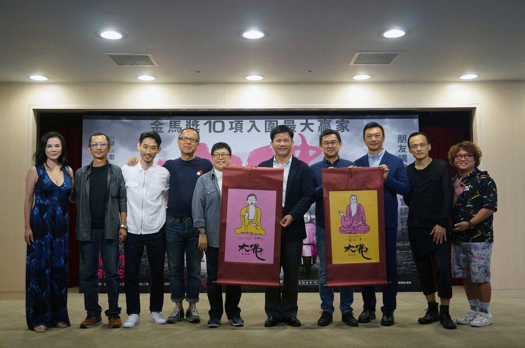 台中市長林佳龍(右五)出席「大佛普拉斯」首映記者會。圖/甲上提供