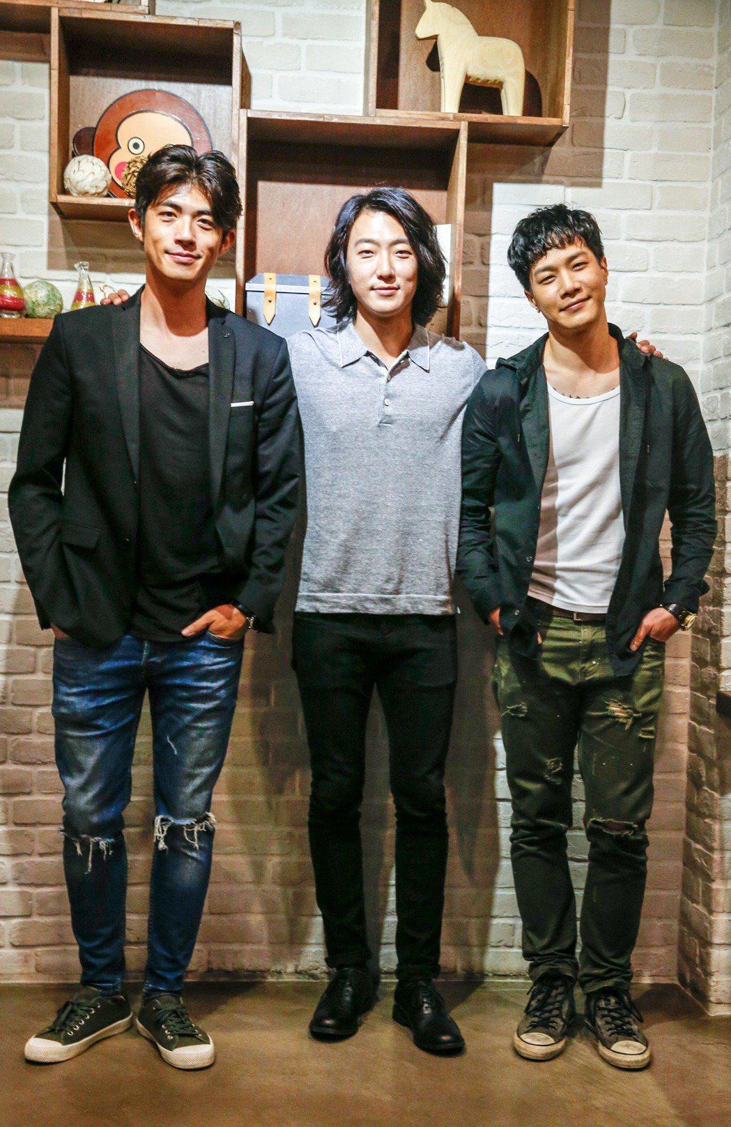 電影「請愛我的女朋友」在西門町舉行試映會,會後三位男演員薛仕凌(右起)、張懷秋與...