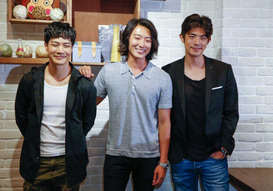 電影「請愛我的女朋友」在西門町舉行試映會,會後三位男演員薛仕凌(左起)、張懷秋與...