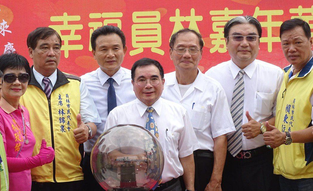 2012年鹿港燈會主燈「龍翔霞蔚」,去年九月被梅姬颱風斷龍頭,彰化市巨匠建設公司...