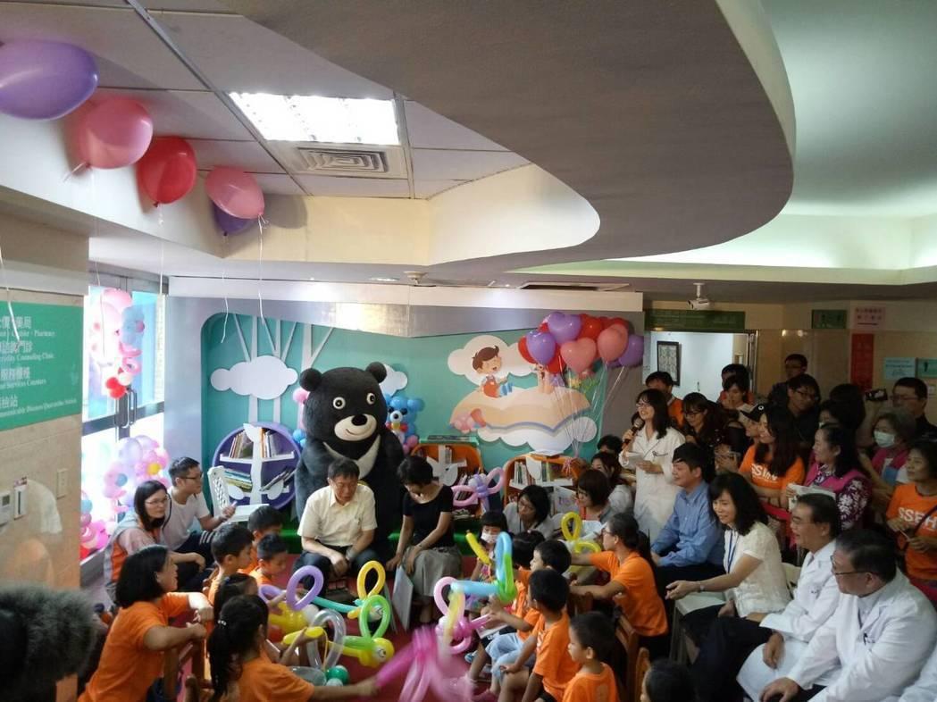 台北市長柯文哲昨與太太陳佩琪出席聯合醫院和平婦幼院區的親子共讀記者會,陳佩琪在講...