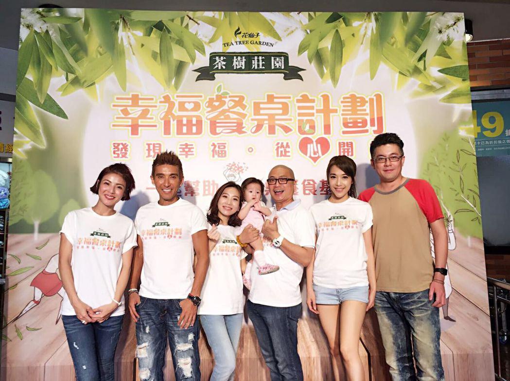 徐小可(左起)、潘若迪、咪咪、Paul、依依和老公史丹利出席公益活動。圖/源鑛娛