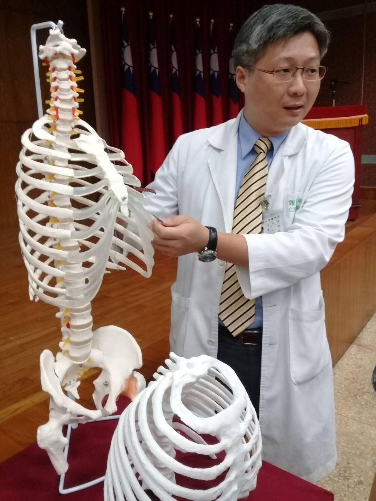 國軍台中總醫院胸腔外科主任謝志明說明肋骨骨折治療狀況。圖/國軍台中總醫院提供