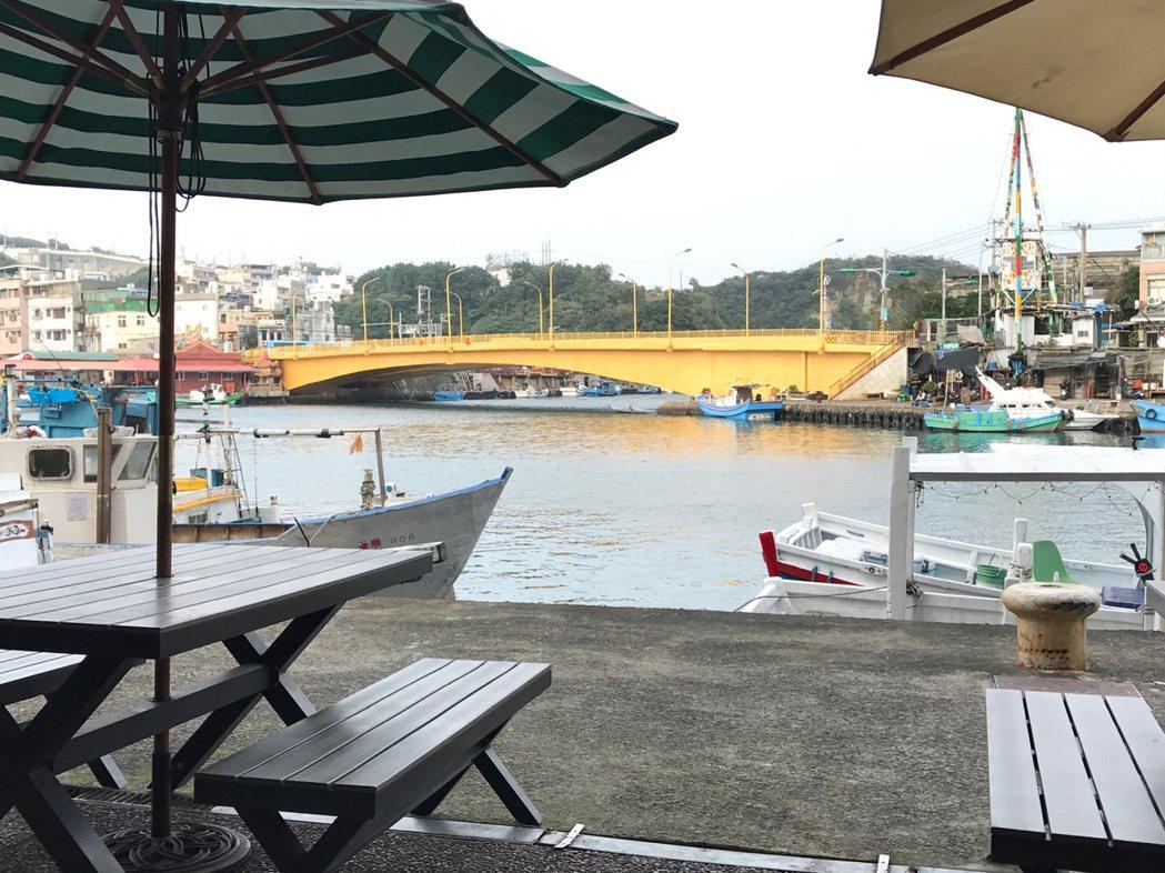 坐在casa PICASSO餐廳喝杯咖啡,看窗外無敵海景,是一大享受。記者吳淑君...