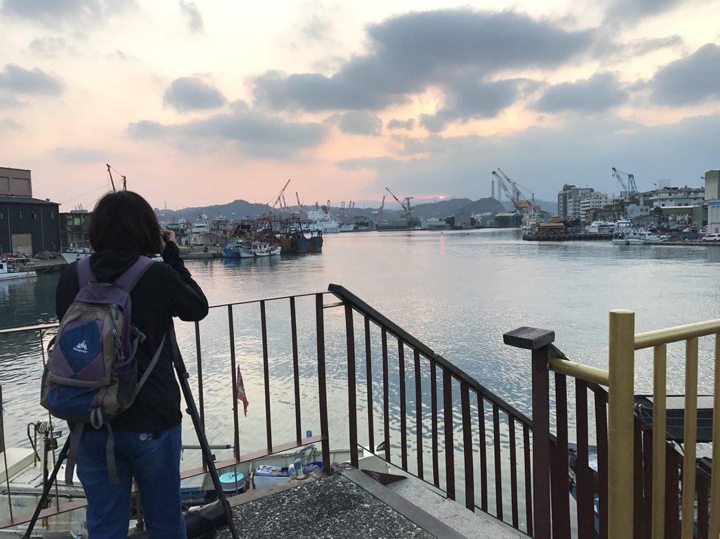 和平橋上是看夕陽的熱點。記者吳淑君/攝影