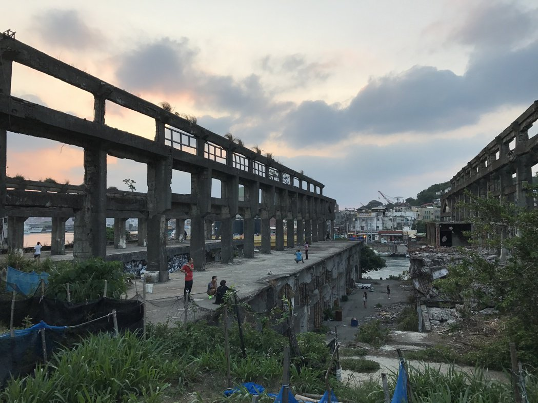 阿根納造船廠去年業者無預警拆除,市府緊急搶救,怪手已敲下造船廠的4牆4柱,斷壁殘...