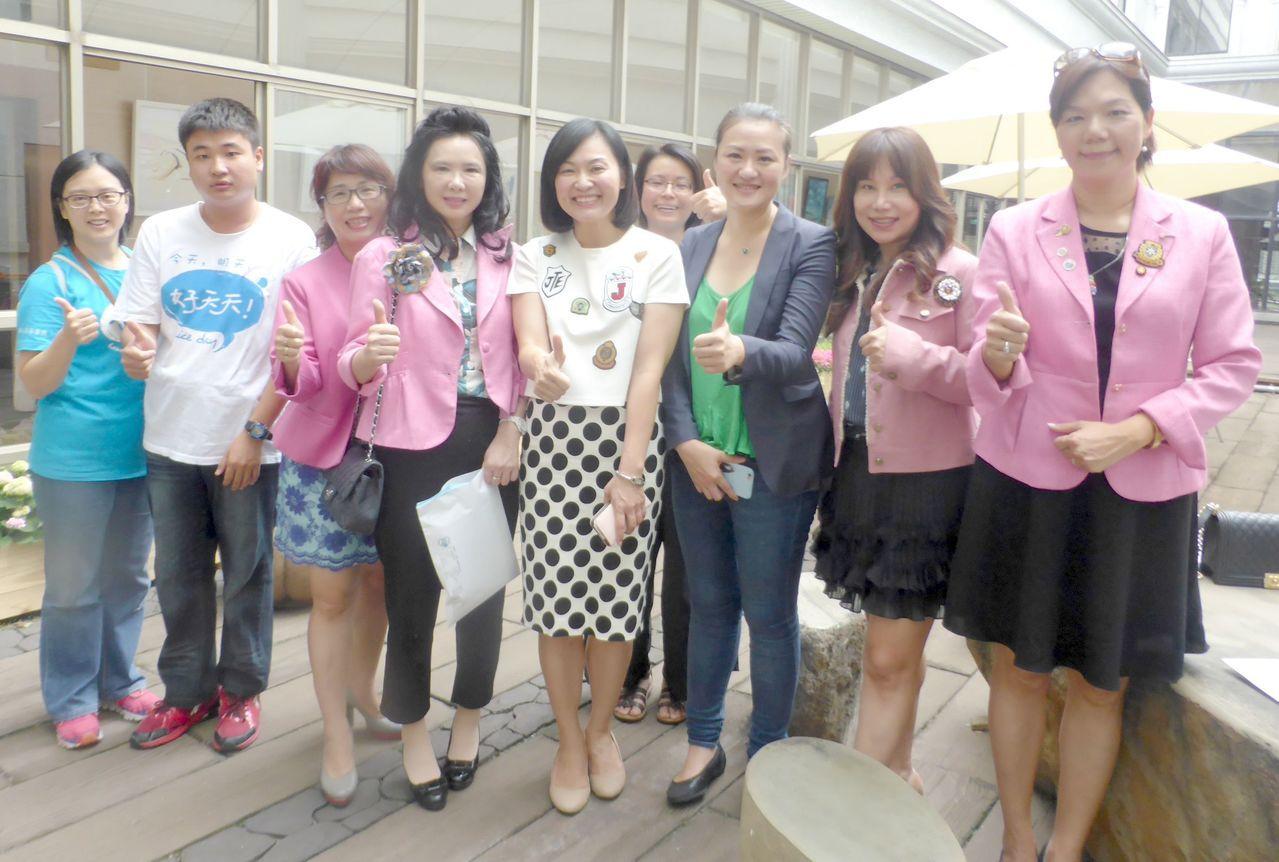 高市議員陳麗娜(前左5)和高閔琳(前左6)支持心路基金會30周年慈善餐會,將在會...