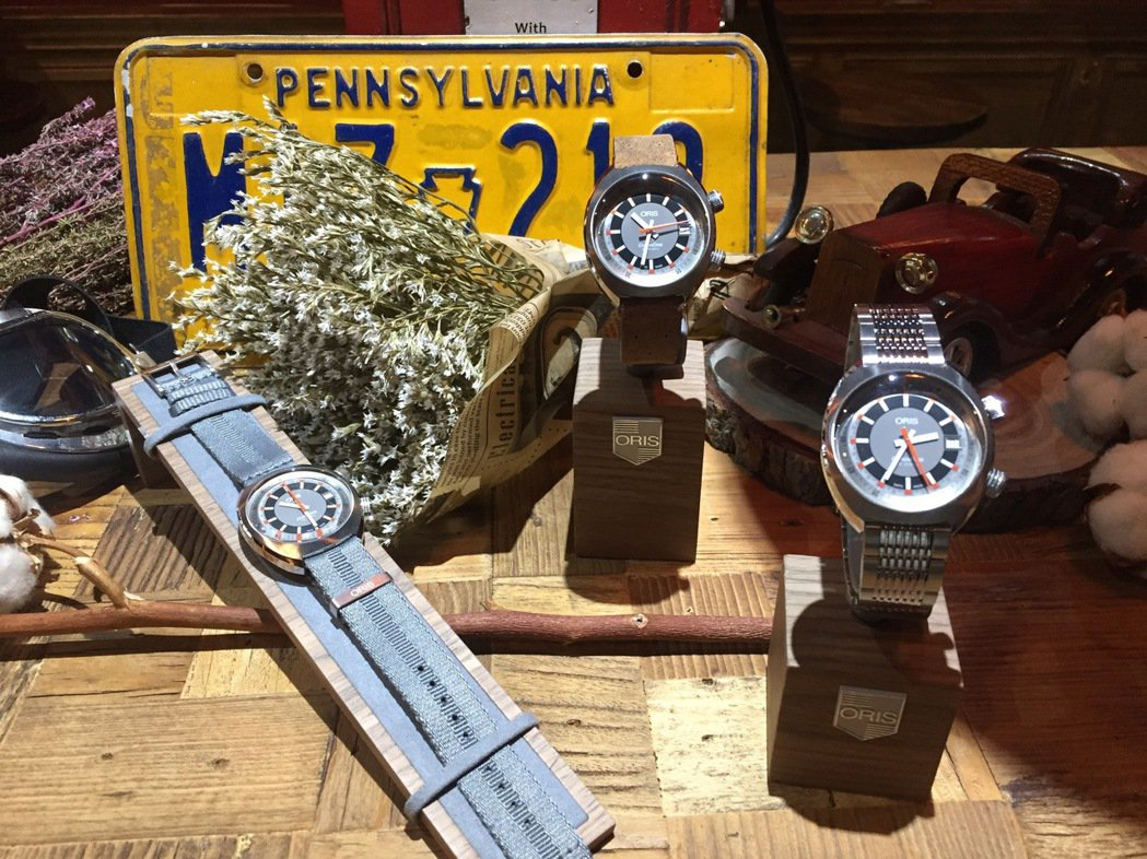 Oris Chronoris日期表可選擇搭配灰色Nato織帶、皮格表帶、或金屬鍊...