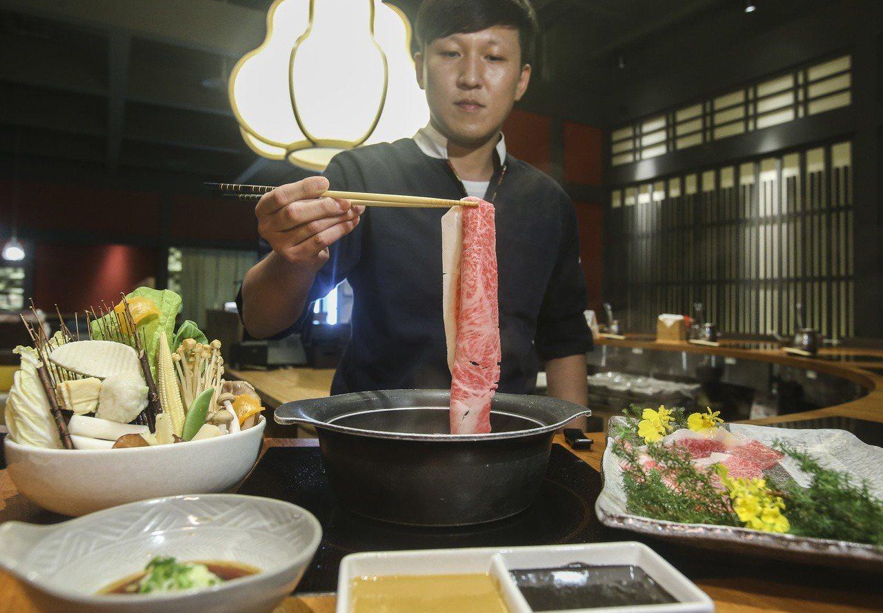 黑毛屋推出A5級宮崎牛涮涮鍋及壽喜燒,特價1,580元、原價1,980元。記者楊...