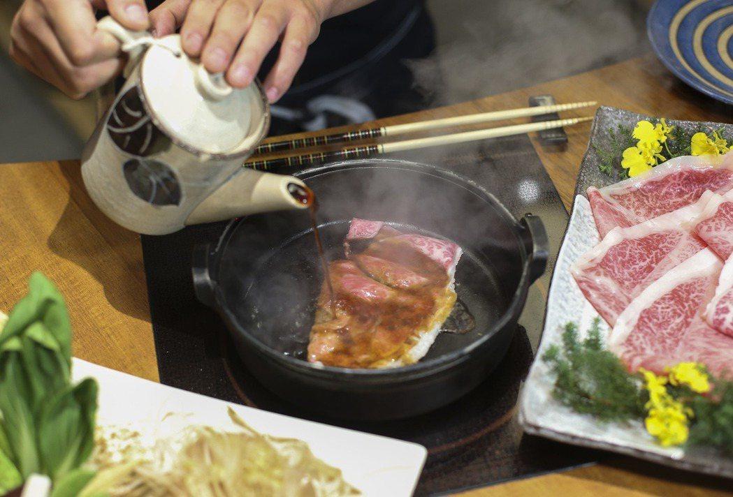 日本和牛適合薄切以壽喜燒煮製,品嘗到明顯柔軟肉質及鮮甜味。記者楊萬雲/攝影