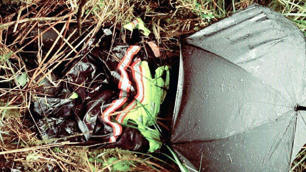 太平山派出所副所長陳文良脫下雨衣,為方男禦寒。圖/宜蘭縣警局三星分局提供