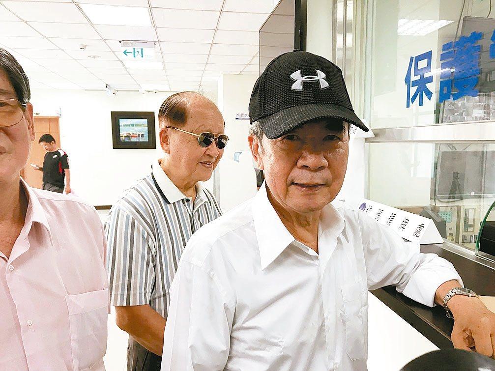 總統府前副秘書長陳哲男(右)前晚假釋出獄,昨天下午現身高雄地檢署報到,面對媒體詢...