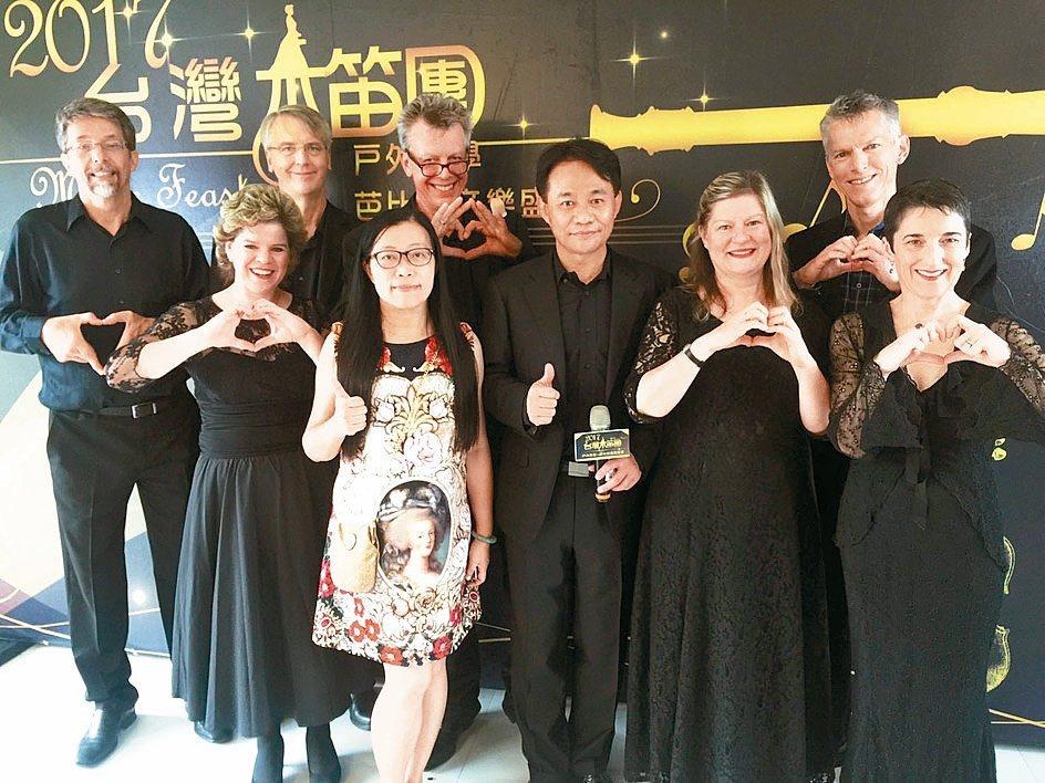 台灣木笛團邀請國外音樂家到偏鄉演奏,並免費教孩子音樂。 記者郭宣彣/攝影