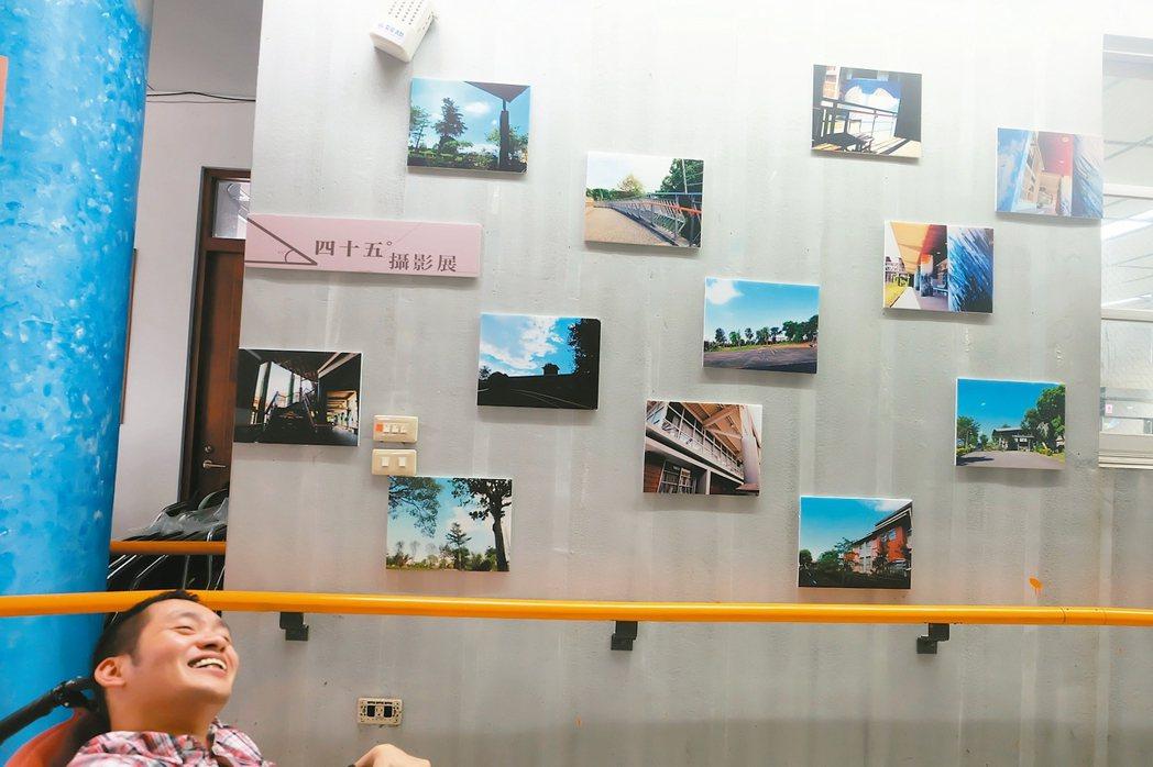 阿暢只能以45度面對世界,拍出的照片些微傾斜,攝影展名稱就叫做「45度攝影展」。...