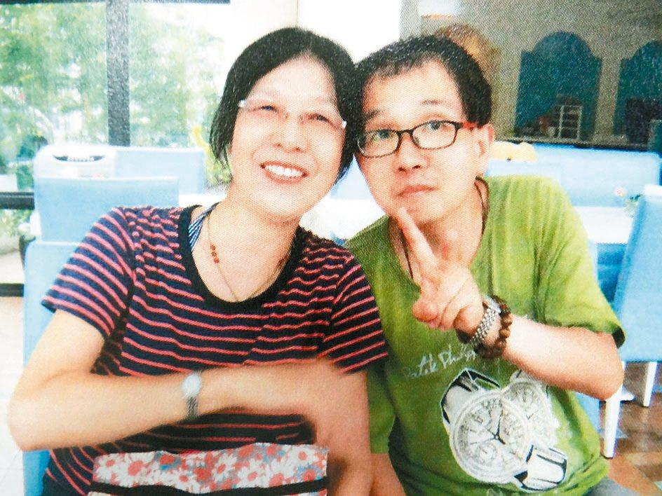 曾耀德和媽媽母子情深,母親辭去工作,陪兒抗癌25年。 記者蔡維斌/翻攝