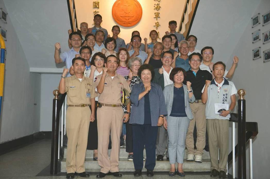 市長陳菊率團前往澎湖防衛指揮部等共計17個單位慰問,與官兵合影。 圖/高市府提供