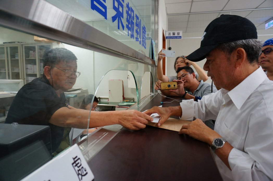 總統府前副秘書長陳哲男(右),昨天下午現身高雄地檢署報到。 記者林伯驊/攝影