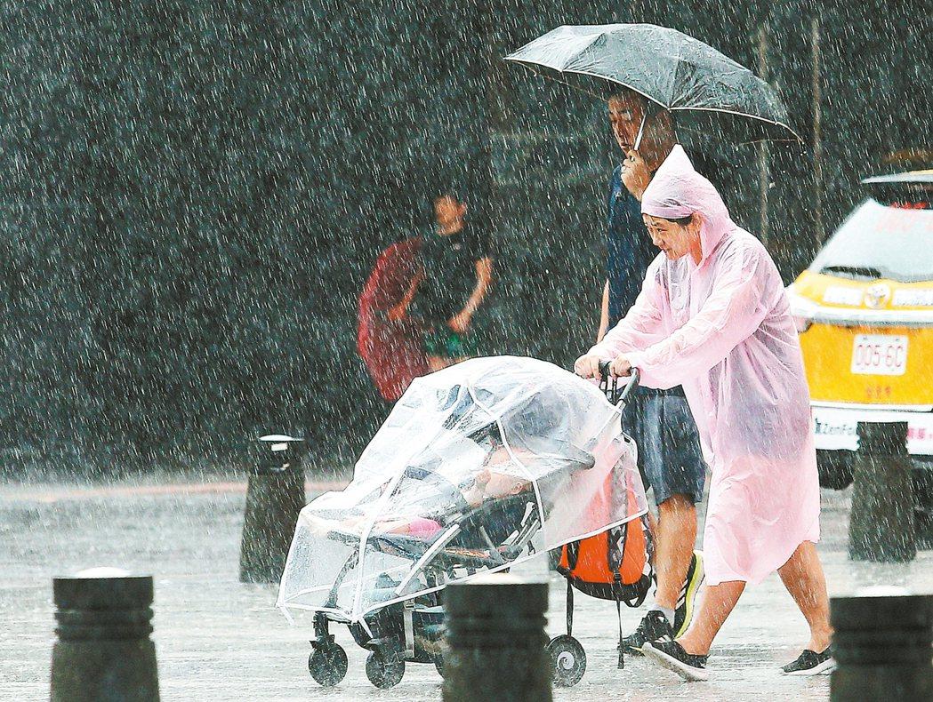 受東北風及熱帶性低氣壓外圍雲系影響,台北下起局部豪雨,外出的媽媽帶著小朋友的娃娃...