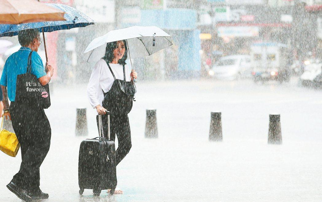 中央氣象局昨發布七縣市大雨特報,今明兩天東半部和大台北地區仍有大量降雨。昨到台北...