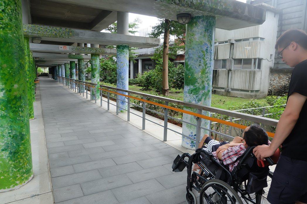 宜蘭教養院的長廊,是阿暢最喜愛的場所。 記者張芮瑜/攝影