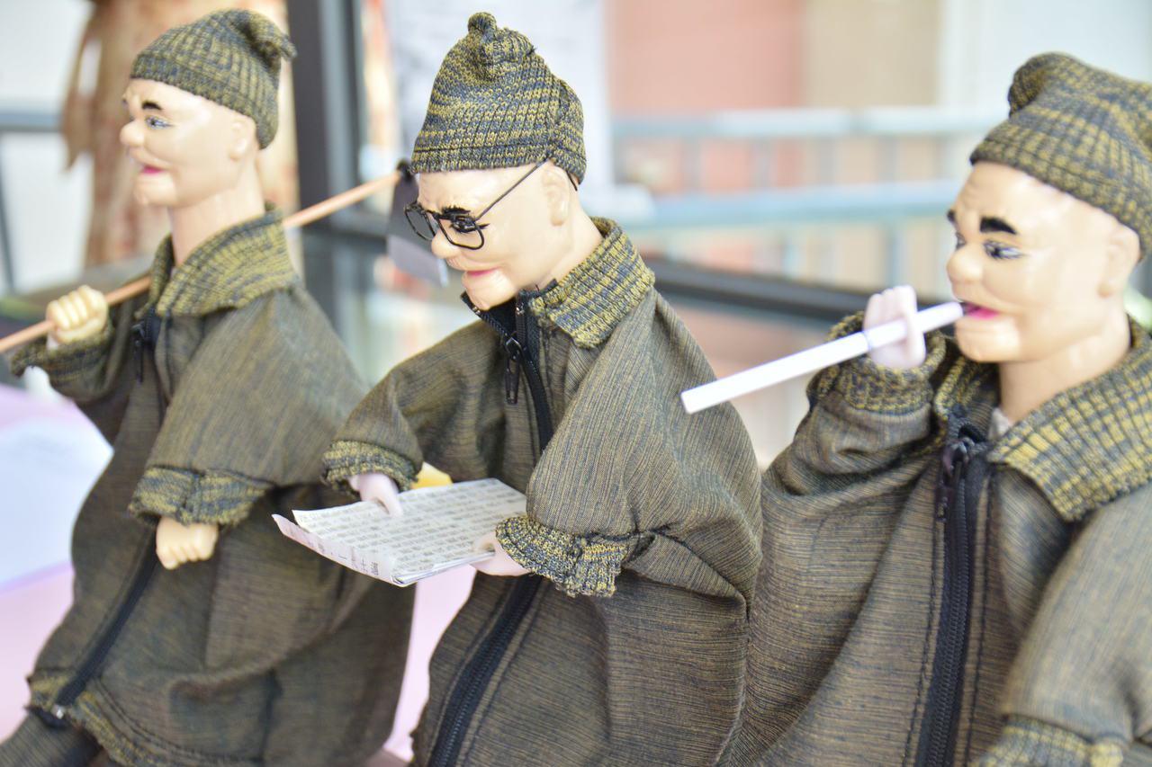 布袋戲版的楊逵公仔,分別是抽菸、看報、扛鋤頭。 記者吳淑玲/攝影